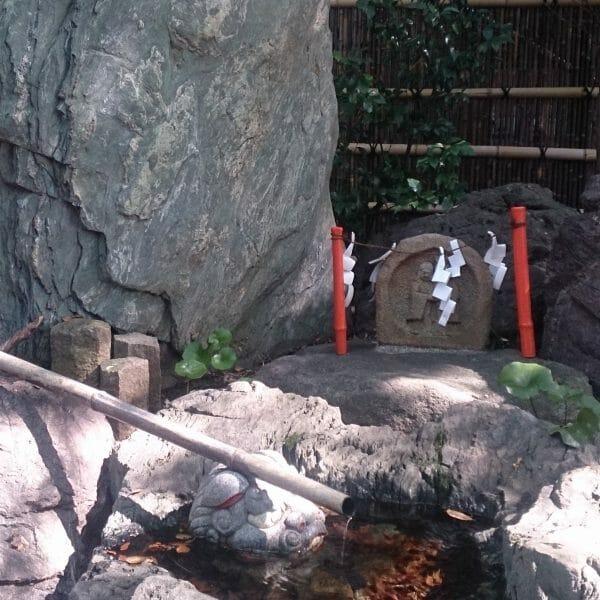 田無神社の手水舎の隣にある道祖神さまのご利益は縁結びです