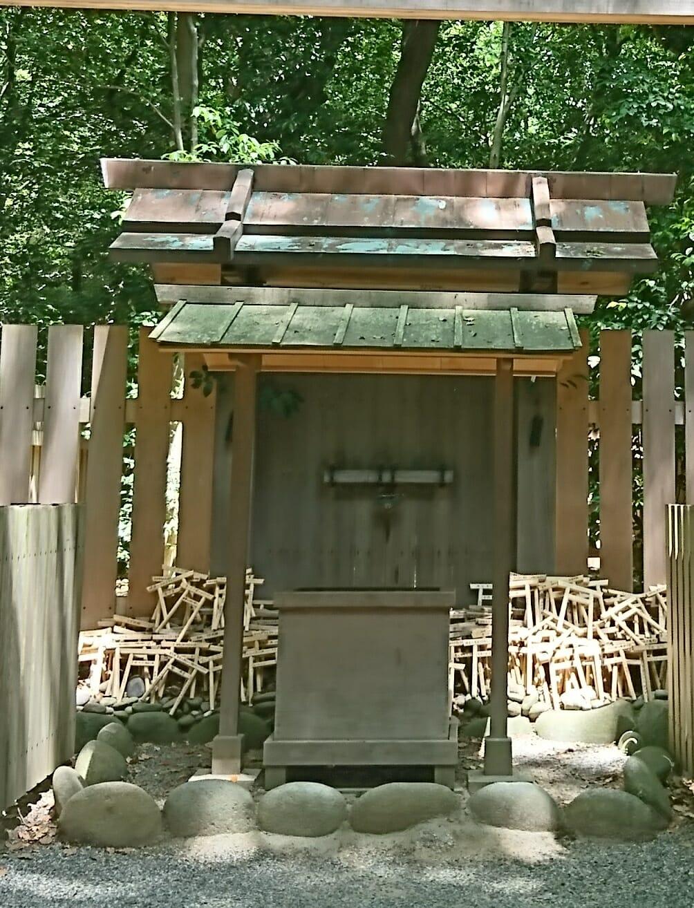 熱田神宮の境内にある楠御前社