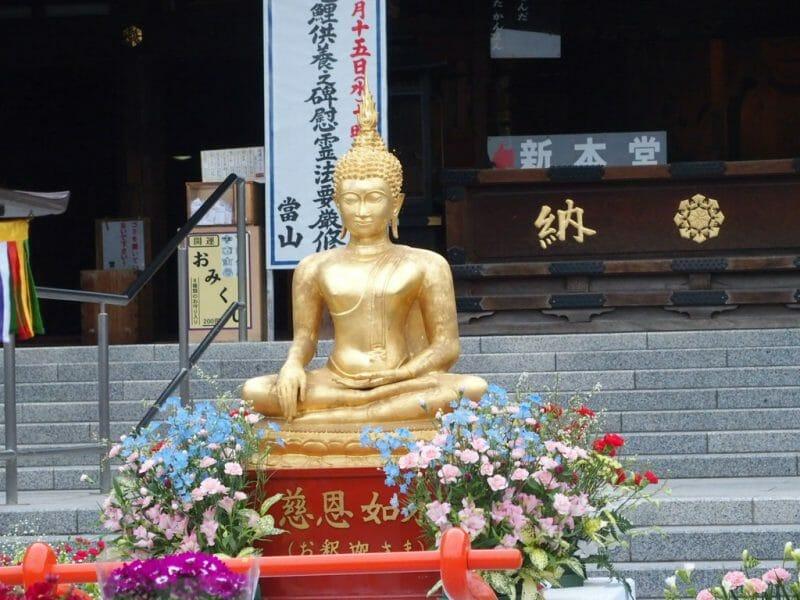 深川不動尊の花祭りのお釈迦様の像