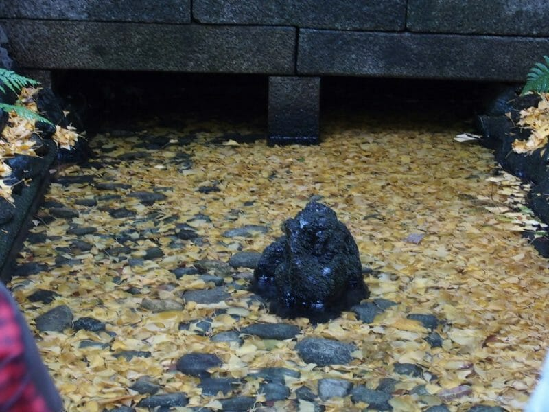 熱田神宮のお清水さま 楊貴妃の岩