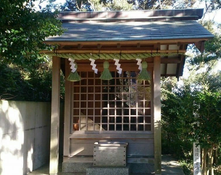 熱海の伊豆山神社の参道の階段にある足立権現社