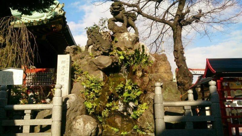 神田明神の境内にある石獅子