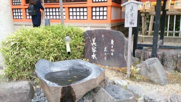 京都の八坂神社の美容水