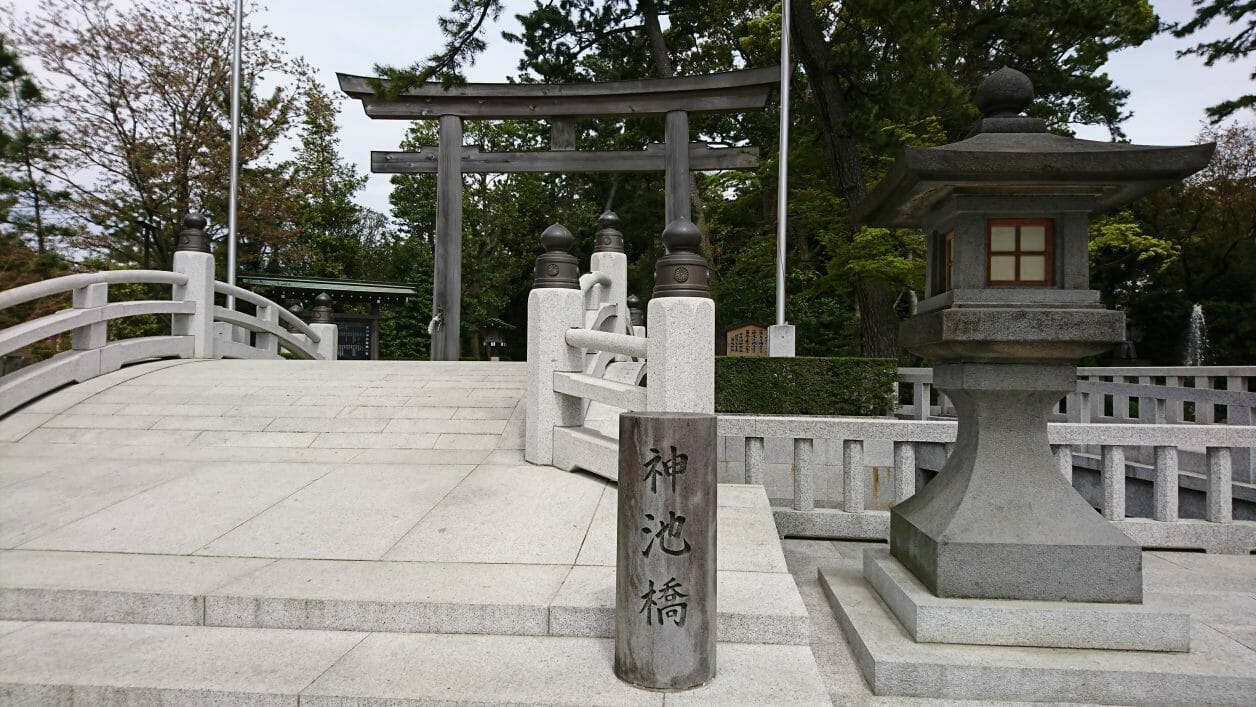 寒川神社の神池橋