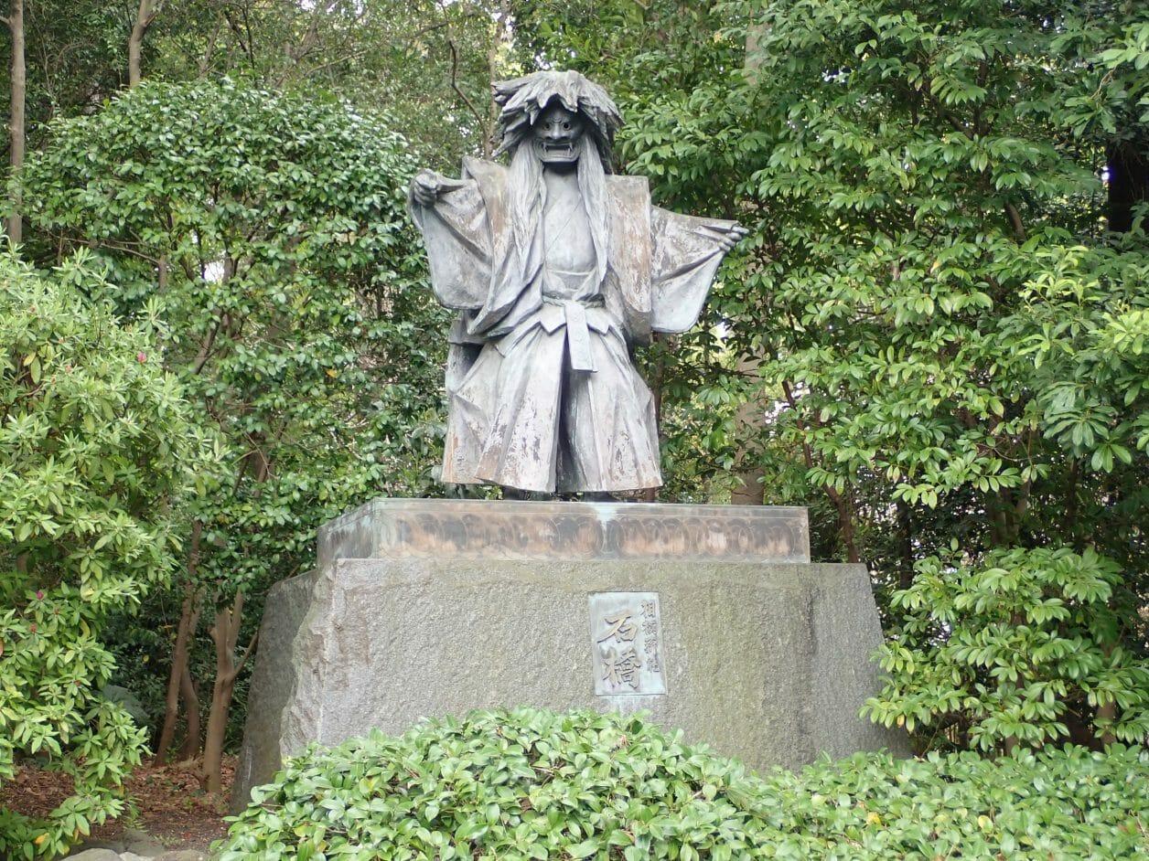 寒川神社の神池にある相模薪能石橋の像