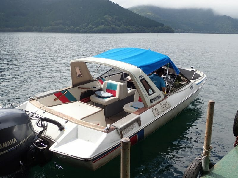 箱根園で芦ノ湖モーターボートを見つける
