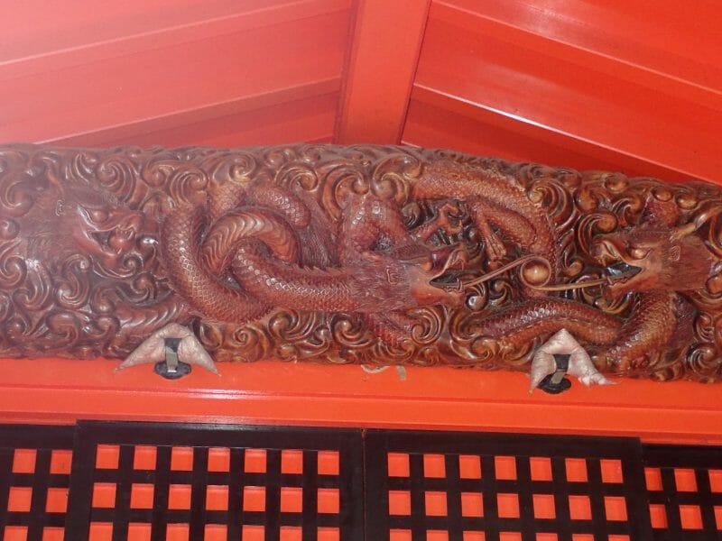 九頭龍神社の絡み合った龍の彫り物