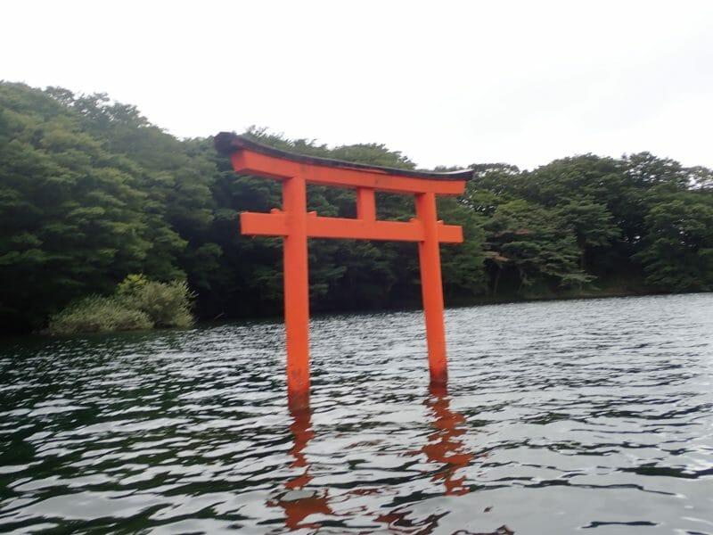 九頭龍神社の芦ノ湖に浮かぶ鳥居