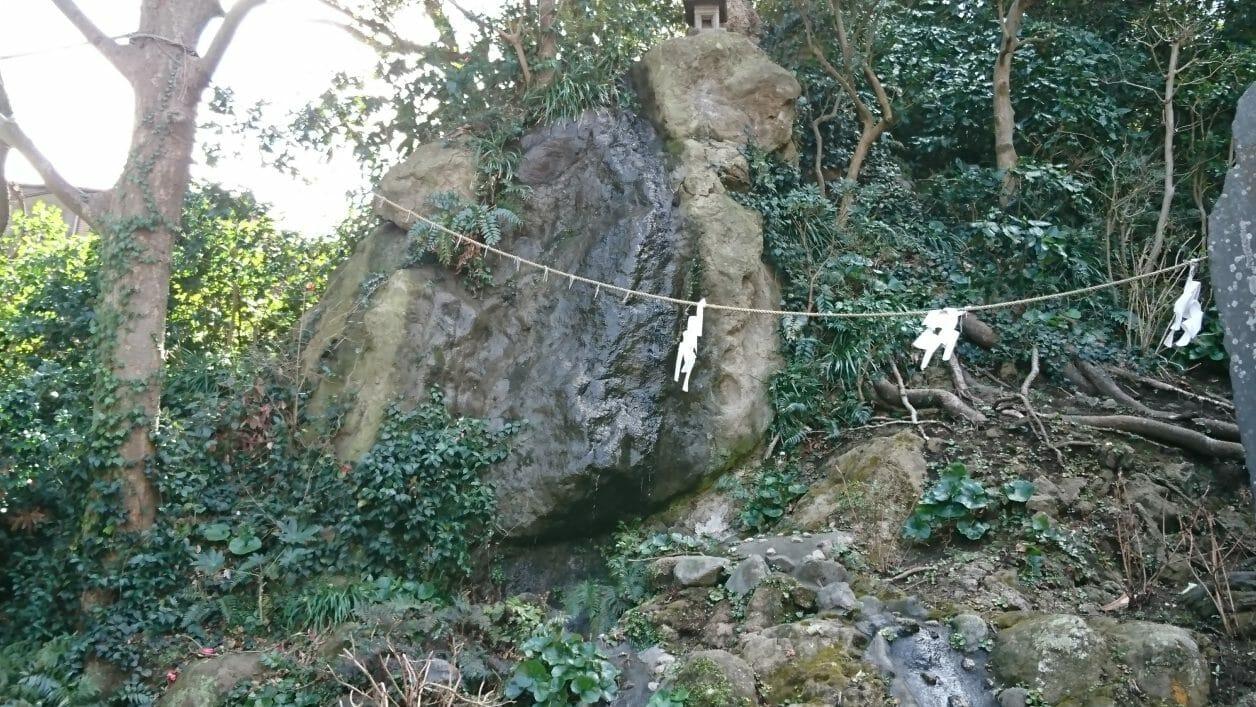江ノ島神社の蟇石