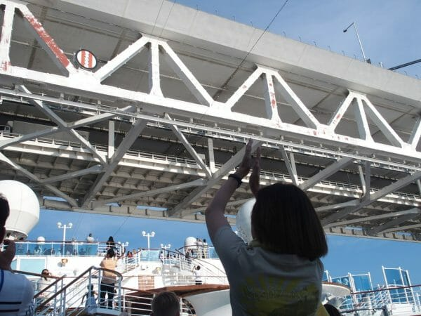 ダイヤモンドプリンセスが横浜港を出港してベイブリッジの下を通過