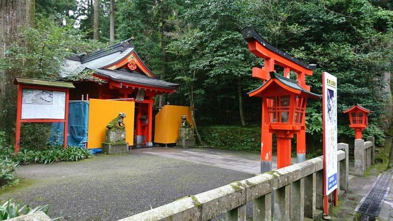 箱根神社に登る89段の階段の途中にある曽我神社