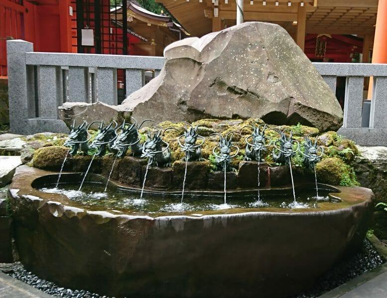 九頭龍神社新宮の前にある龍神水