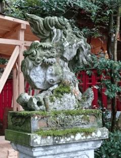 石浦神社境内にある広坂稲荷神社の逆さ狛犬