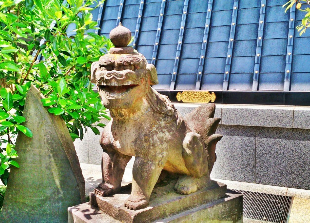 穴八幡宮にある神武天皇の遥拝所にいる狛犬