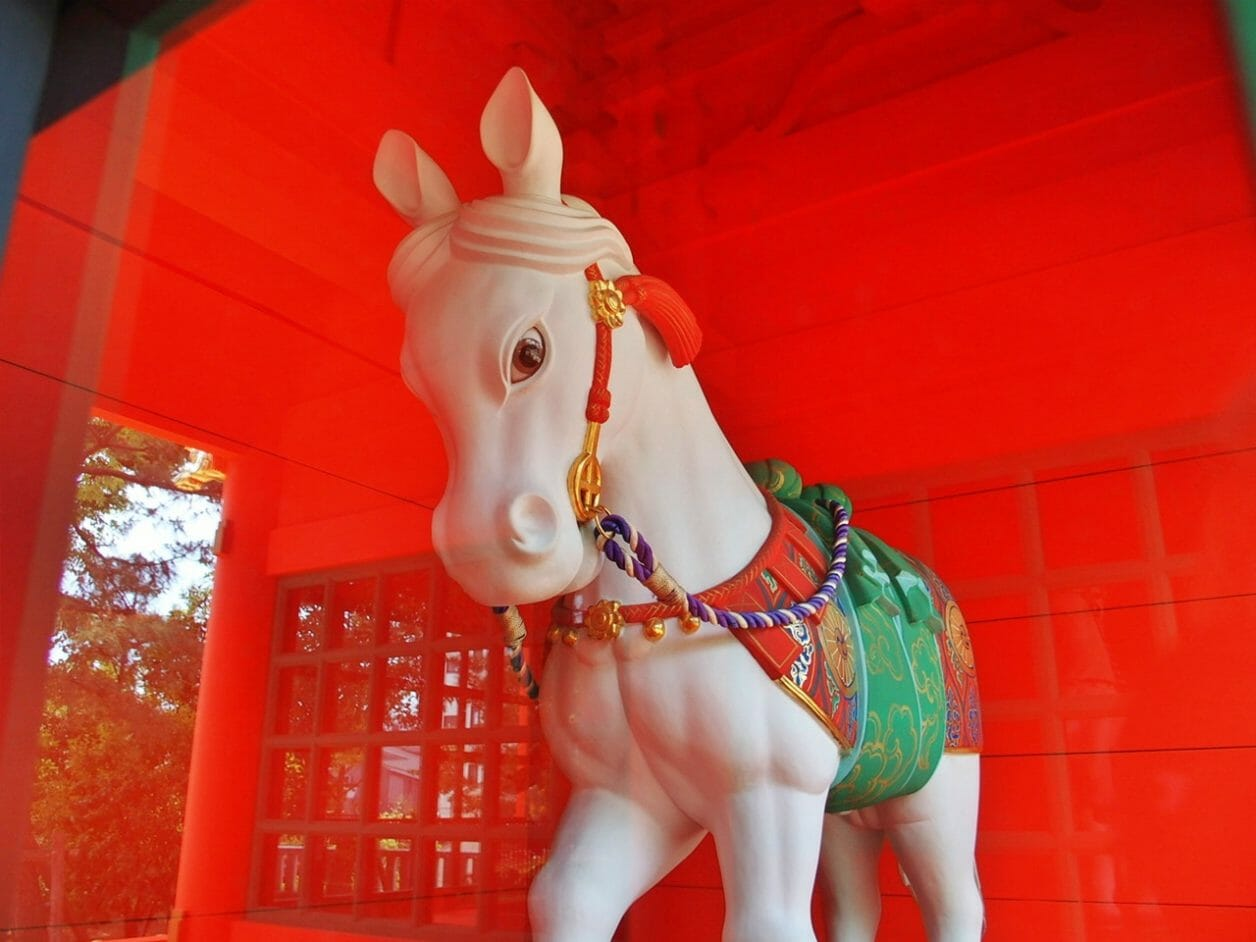 穴八幡宮の光寮門にある神馬の像