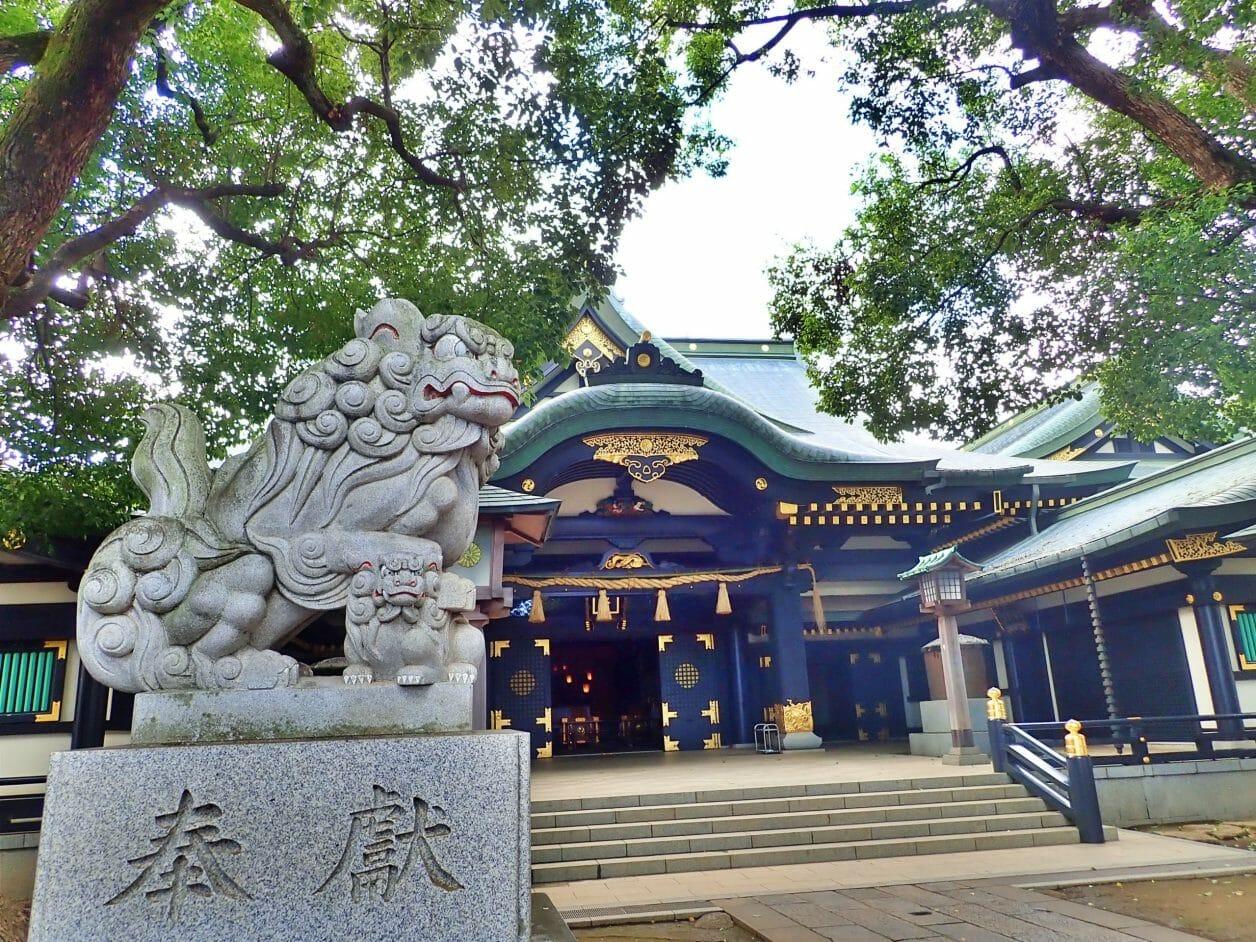 穴八幡宮のご本殿の前の狛犬