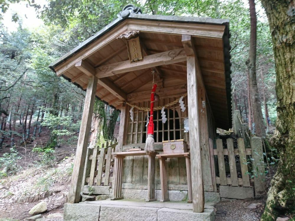 白鬚神社の境内にある岩戸社