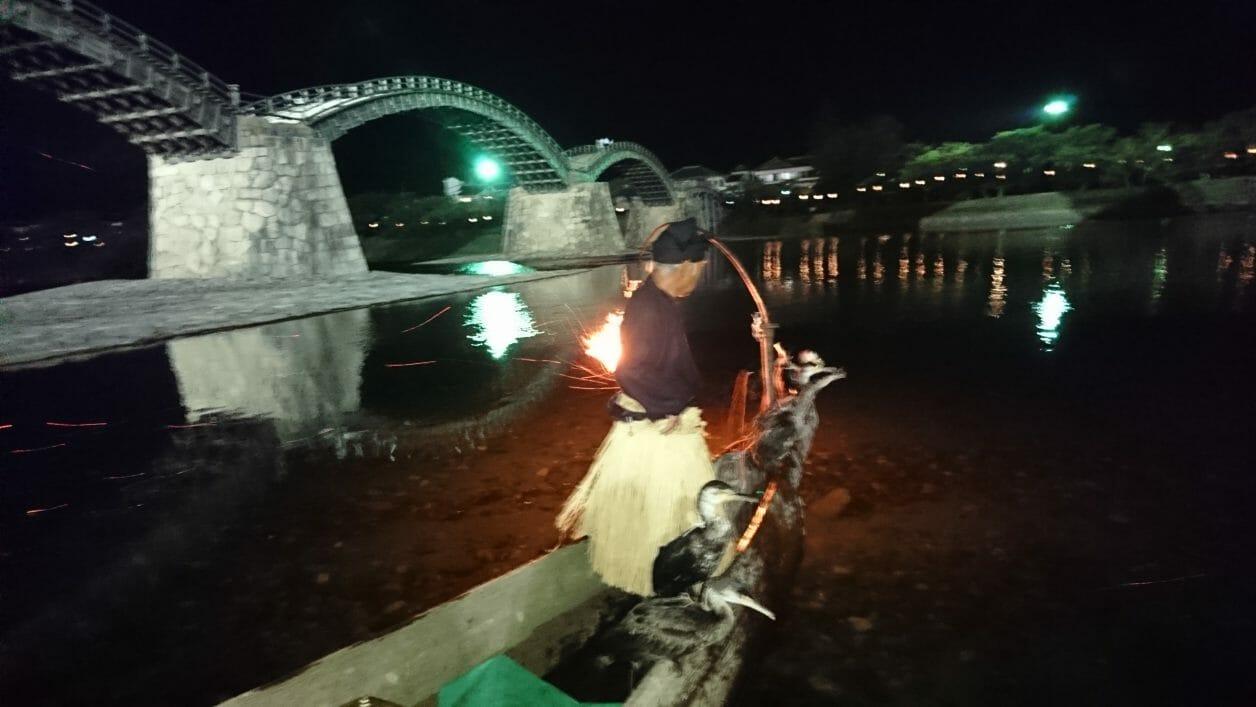 岩国の錦帯橋を見ながら鵜飼を楽しむ
