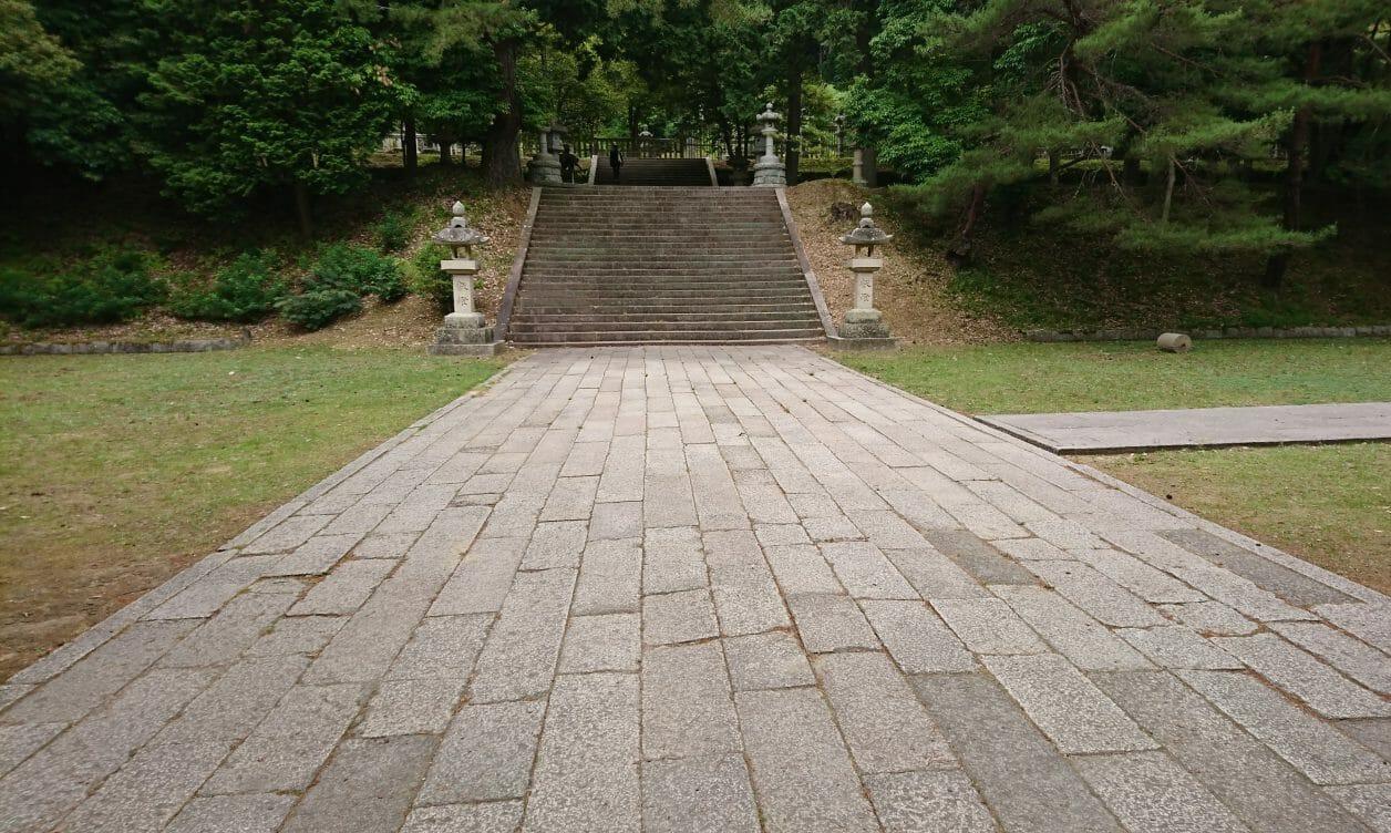 山口市の神山墓地とうぐいす貼りの階段