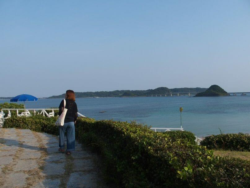 ホテル西長門リゾートのプライベートビーチを歩く