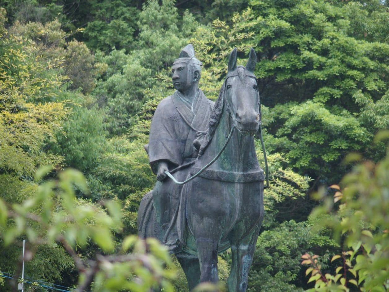 瑠璃光寺にある大内弘世の像