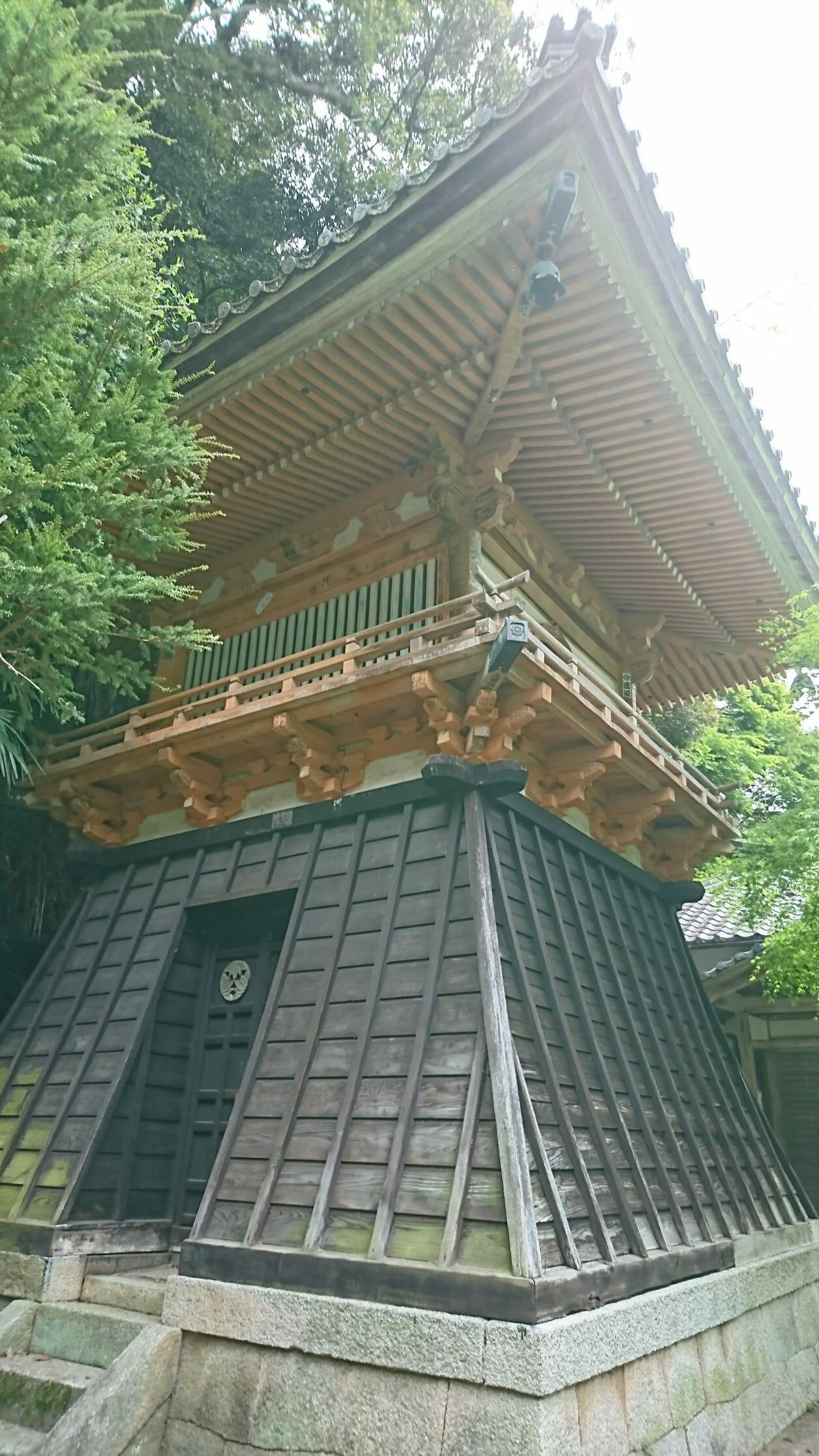 竹生島の宝厳寺へ向かう参道の階段脇にある巳月館