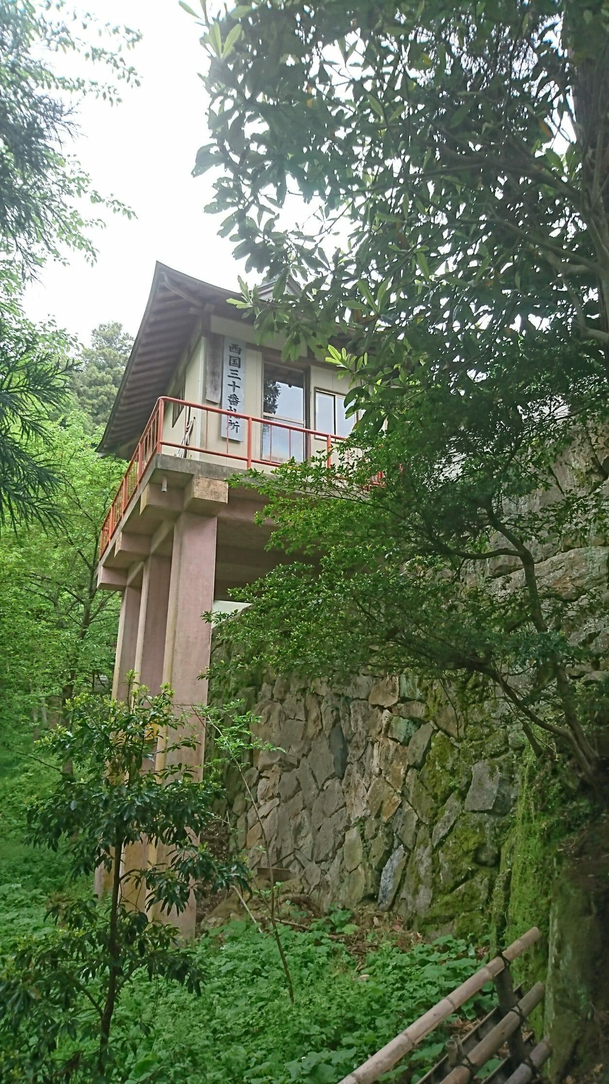 竹生島の宝厳寺へ向かう参道の祈りの階段