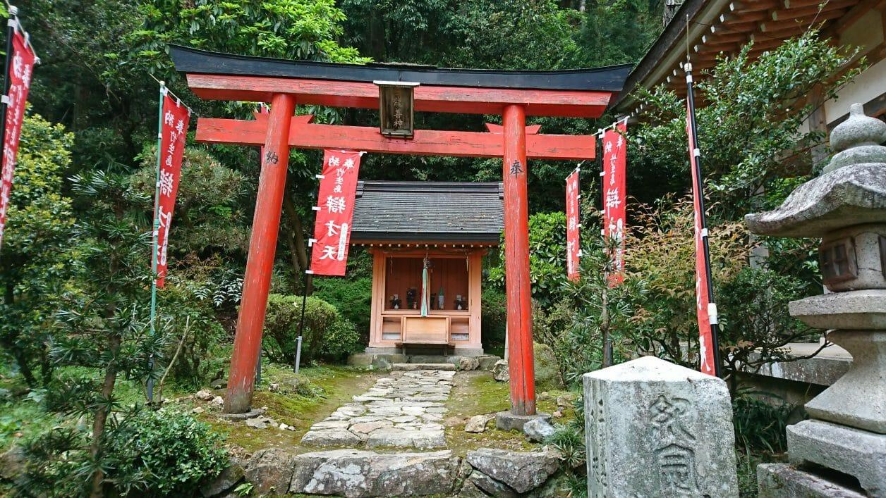 竹生島の宝厳寺の後ろにある三龍堂