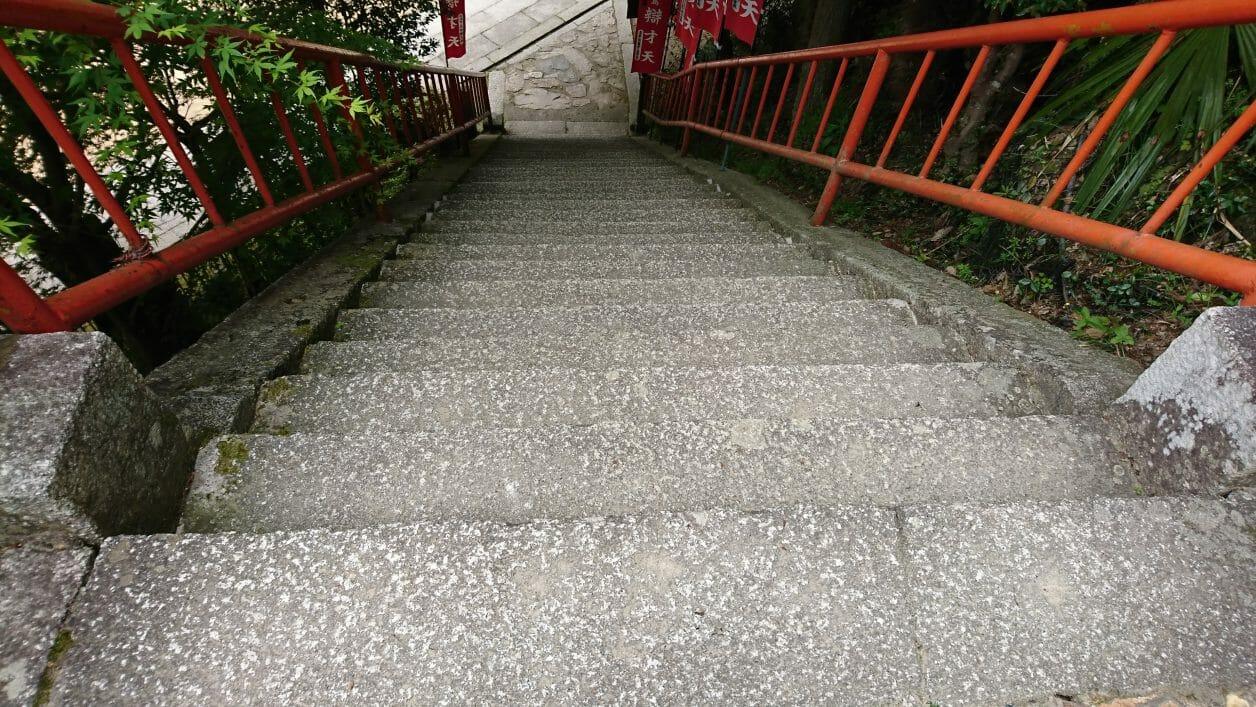 竹生島の宝厳寺から三重塔に向かう階段
