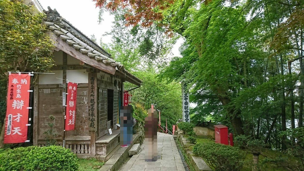 竹生島の宝厳寺のご本殿の近くにある観世音奉安殿