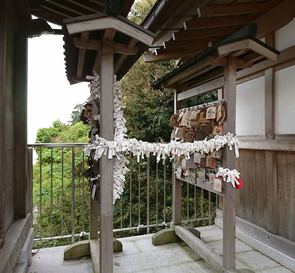 竹生島の都久夫須麻神社に奉納された絵馬とおみくじ