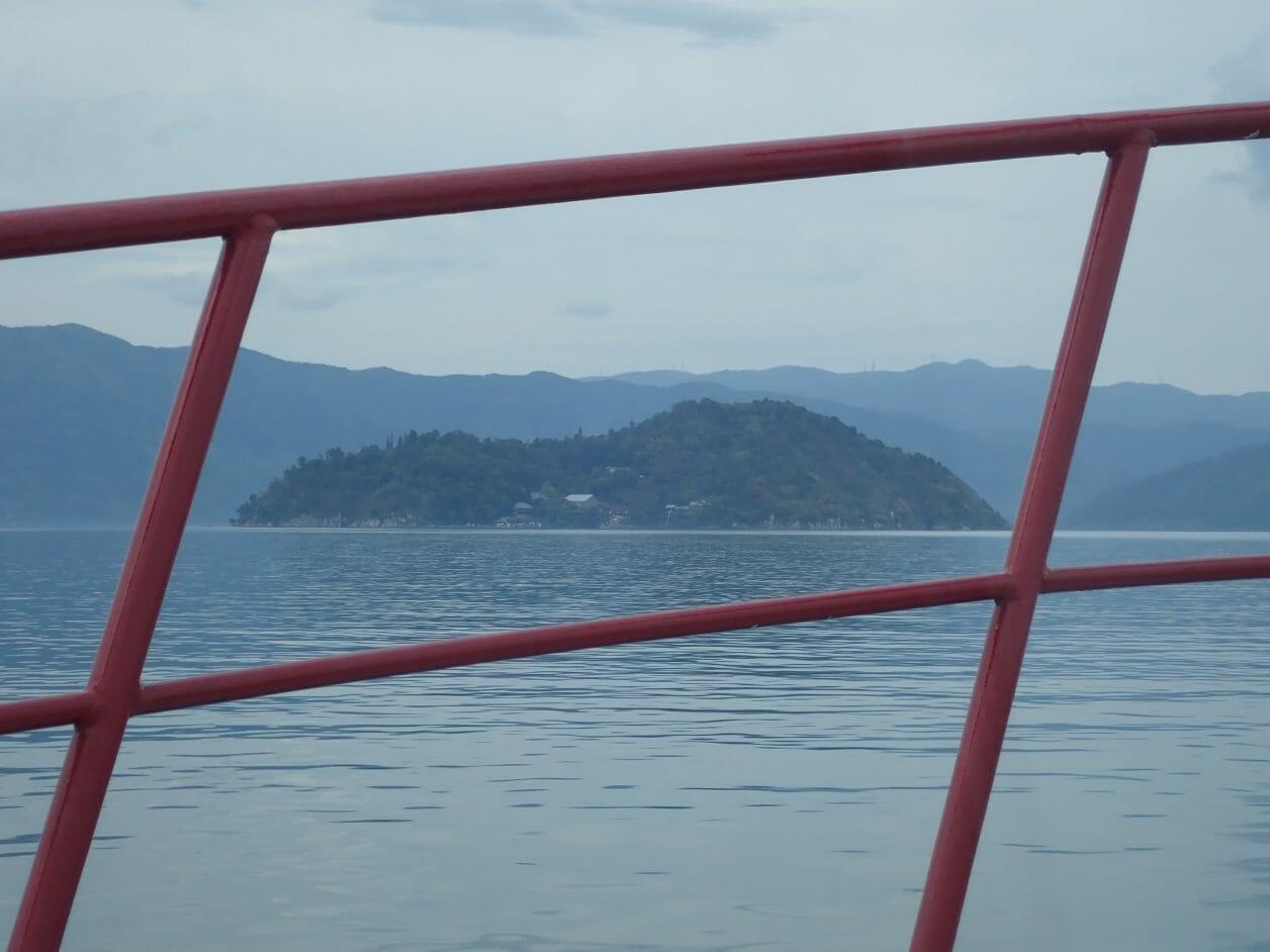 彦根港からフェリーに乗って竹生島に向かう時の琵琶湖の景色
