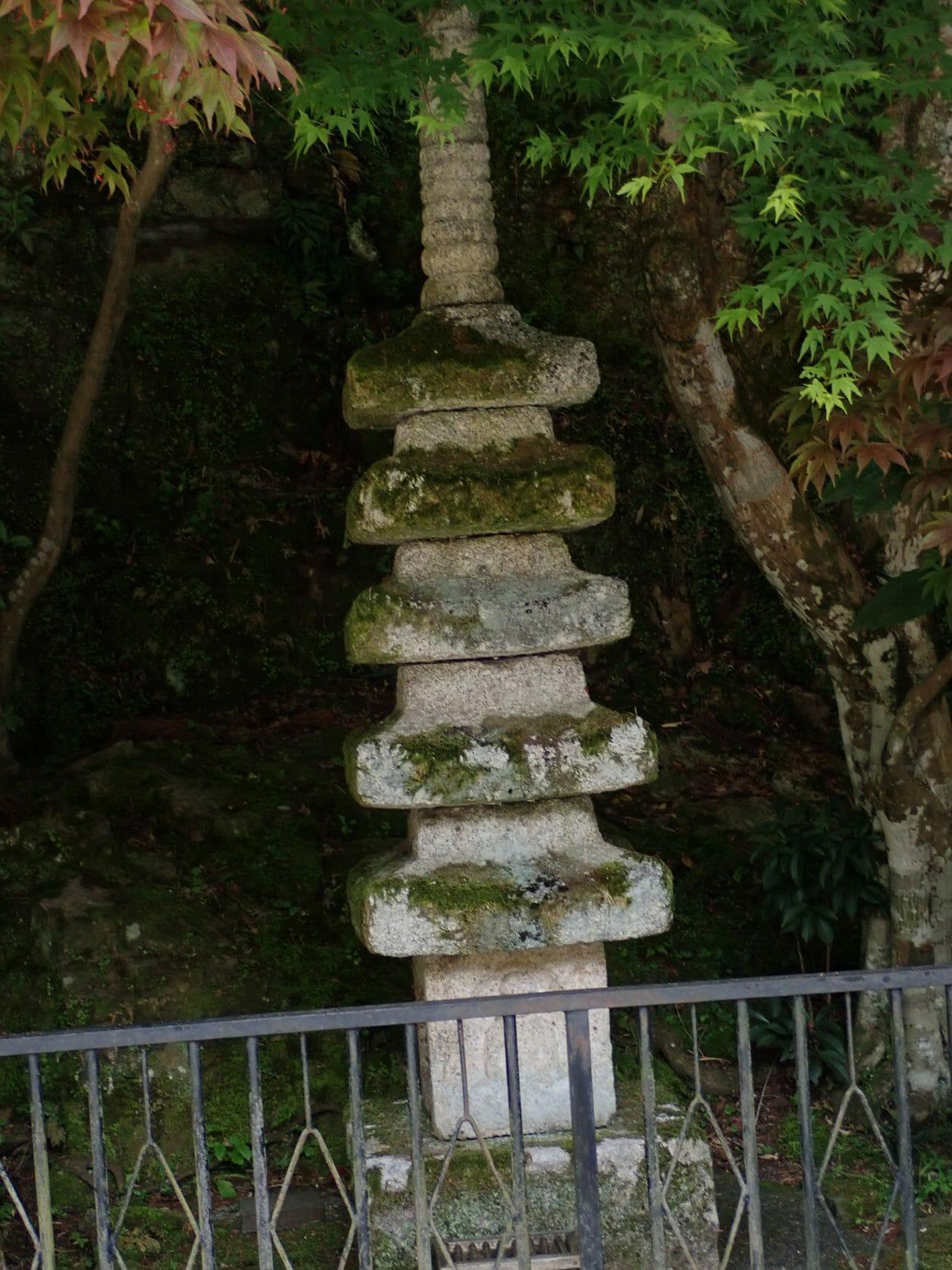 竹生島の宝厳寺の境内にある五重石塔