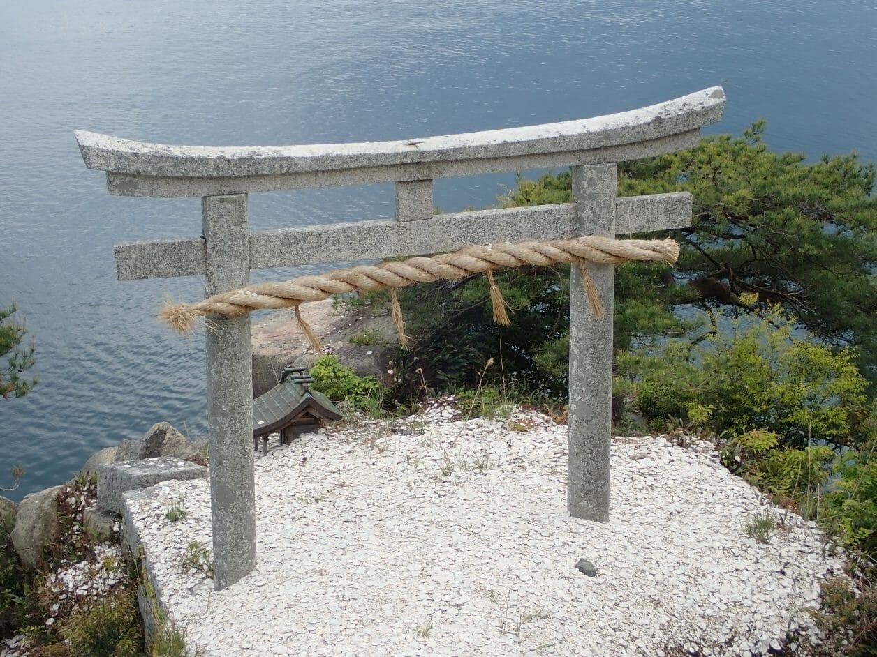 竹生島の都久夫須麻神社にある竜神拝所のかわら投げ