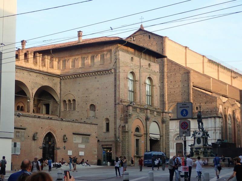 ボローニャの観光名所マッジョーレ広場