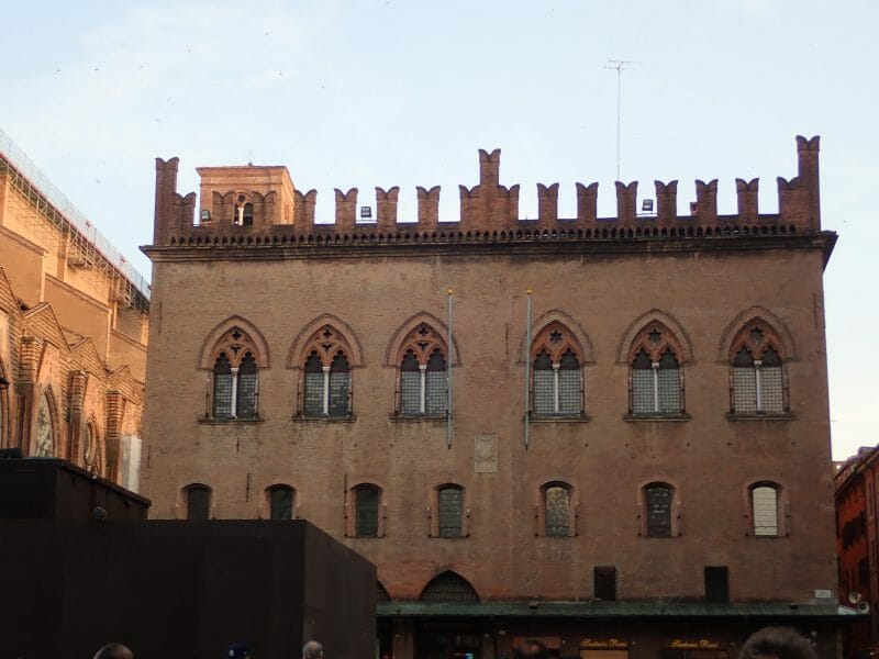 ボローニャのマッジョーレ広場にあるノタイ宮
