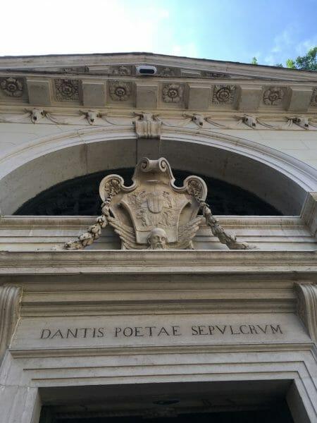 イタリアラヴェンナにあるダンテの墓