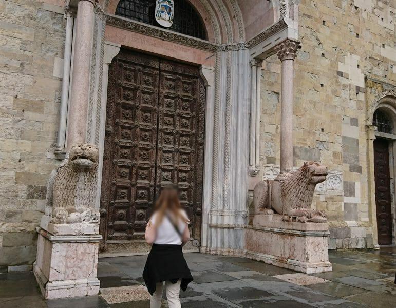 パルマ大聖堂の入り口のプロテュルムのライオン