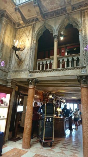 ベネチアのホテルダニエリのフロント