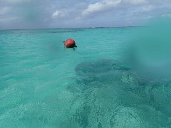 グアムの海岸で防水カメラで写真撮影