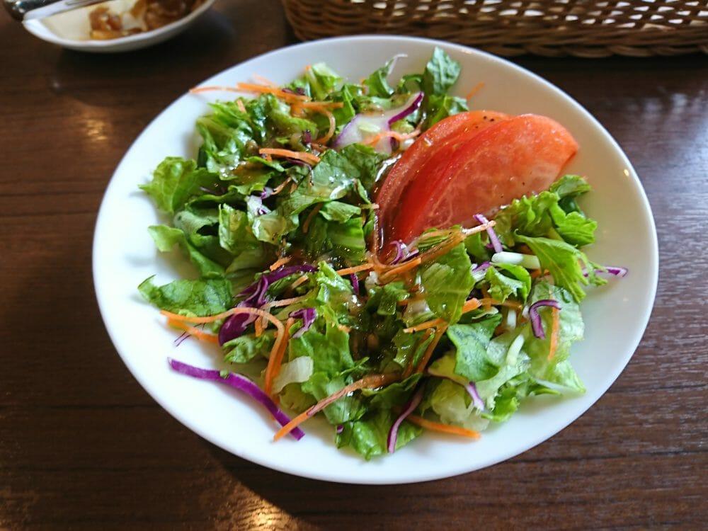足立美術館の喫茶室大観のカレーライスについていたサラダ