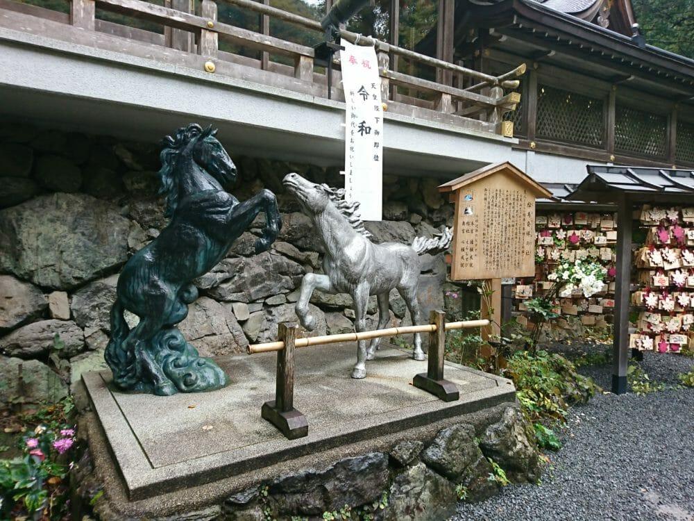 貴船神社で雨雲を表す黒馬と晴天を表す白馬