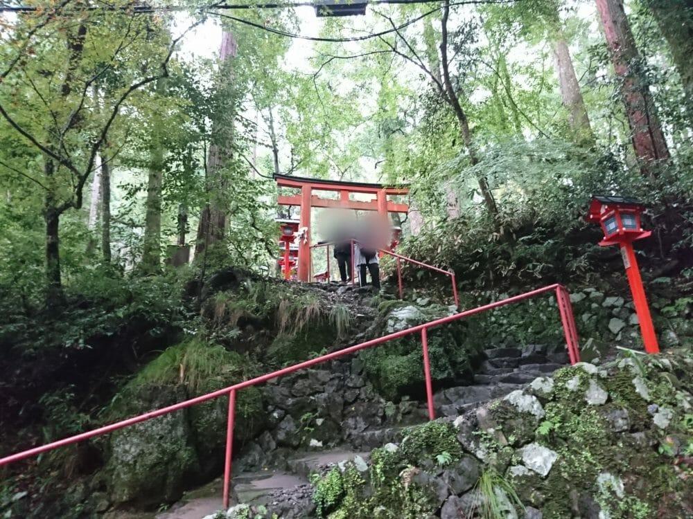 貴船神社の奥宮へと続く貴船川沿いの道