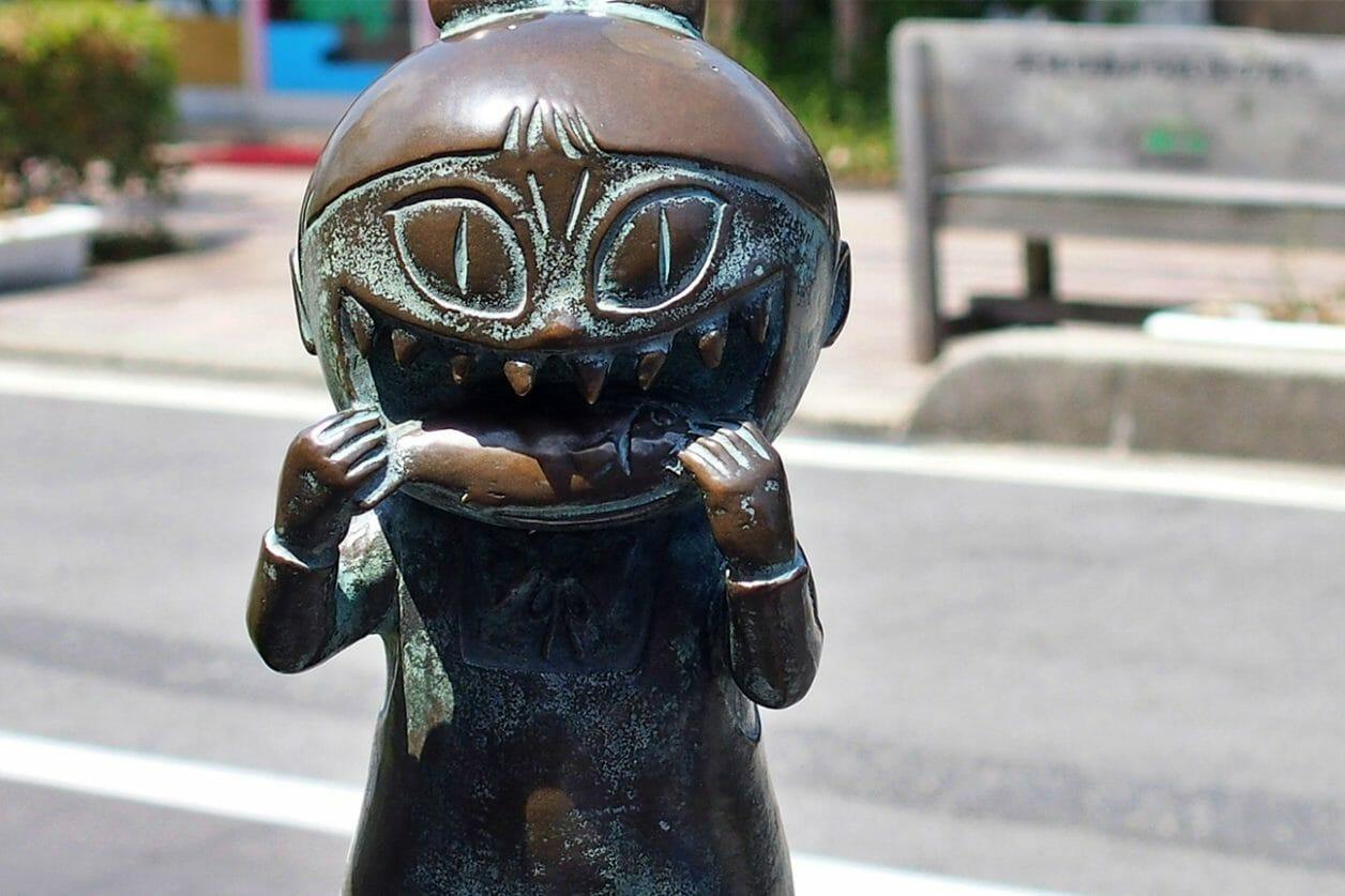水木しげるロードのねこ娘のブロンズ像