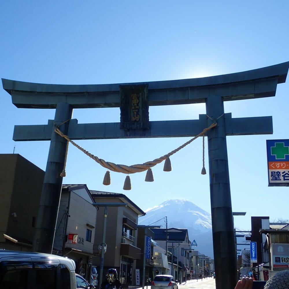 富士山駅近くの金鳥居から見える富士山