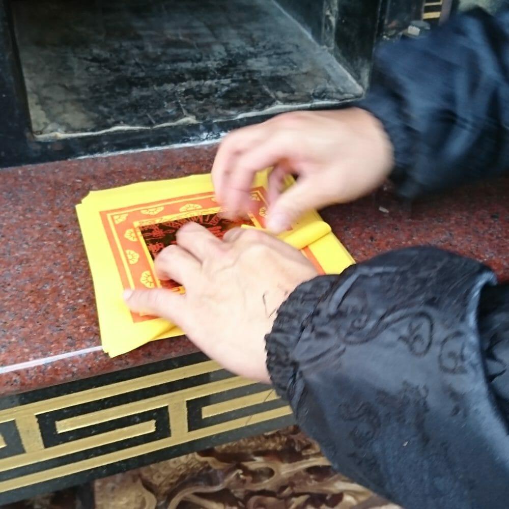 横浜関帝廟の金紙のお焚き上げ