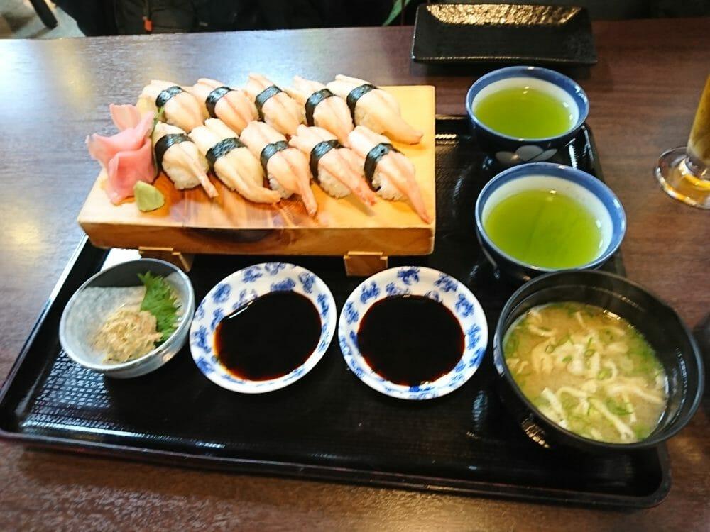 城崎温泉街でカニをいただいた山よしでいただいたカニのお寿司