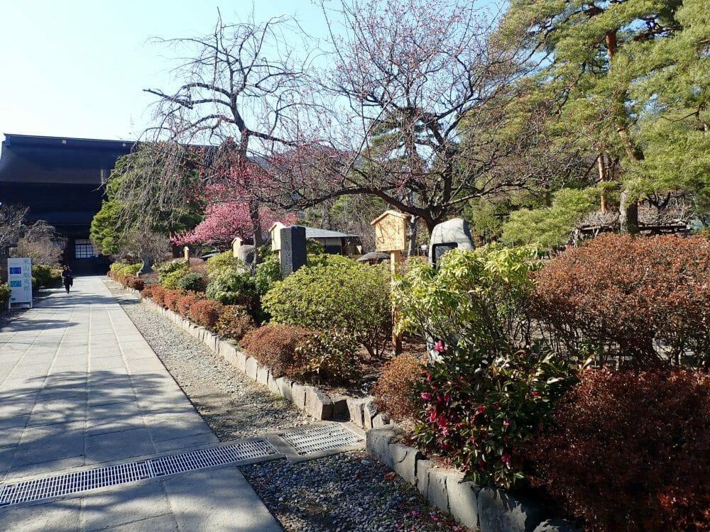 善光寺境内の歌碑が並ぶ小径