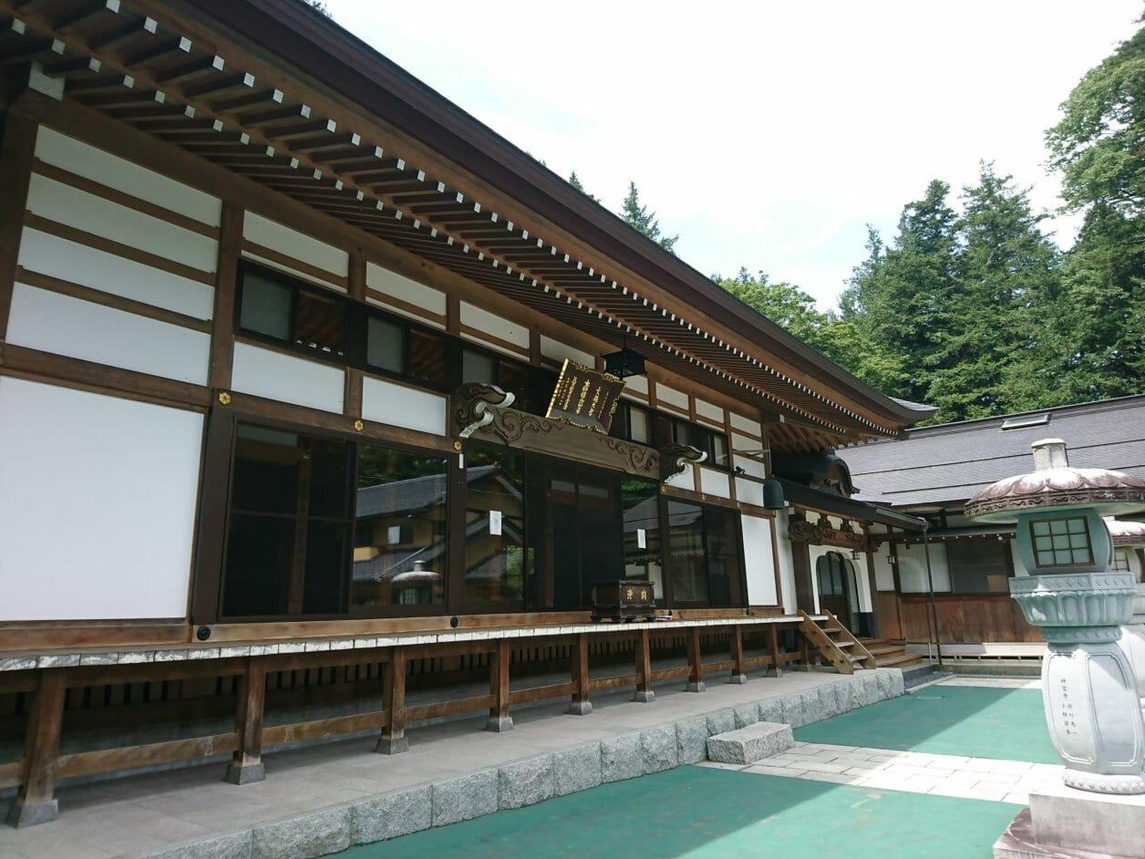 諏訪大社上社本宮の三之御柱が見える法華禅師