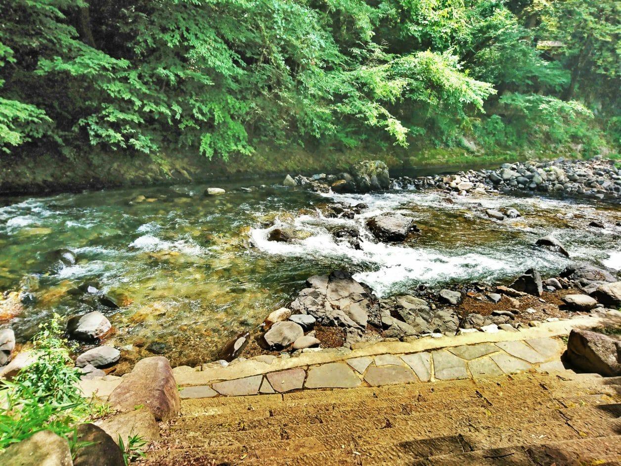 諏訪大社下社春宮の横にある清流砥川